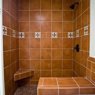 Idee per una stanza da bagno con doccia stile americano di medie dimensioni con doccia aperta, doccia alcova, piastrelle arancioni, piastrelle in terracotta, pavimento in terracotta, lavabo integrato e pavimento marrone