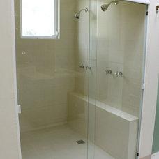 Modern Bathroom by Carlos Avila ConE