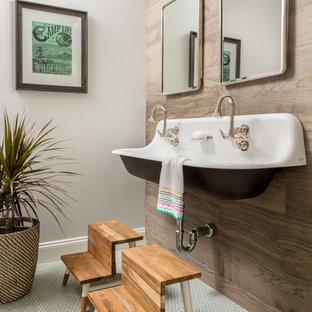 Kleines Stilmix Kinderbad mit Einbaubadewanne, Duschbadewanne, braunen Fliesen, Keramikfliesen, Keramikboden, Trogwaschbecken, blauem Boden und Duschvorhang-Duschabtrennung in Boston
