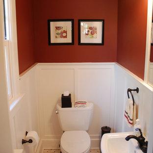 Стильный дизайн: маленькая ванная комната в классическом стиле с раздельным унитазом, полом из керамической плитки, душевой кабиной, раковиной с пьедесталом и красными стенами - последний тренд