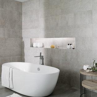 Ejemplo de cuarto de baño principal, urbano, grande, con baldosas y/o azulejos grises, bañera exenta, paredes grises, suelo de baldosas de porcelana, baldosas y/o azulejos de cerámica y ducha abierta
