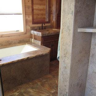 Immagine di un'ampia stanza da bagno padronale rustica con vasca sottopiano, doccia alcova, lavabo integrato, top in cemento, doccia aperta e top multicolore