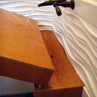 Ejemplo de cuarto de baño con ducha, ecléctico, pequeño, con encimera de cemento, baldosas y/o azulejos blancos, paredes blancas, lavabo de seno grande y encimeras naranjas
