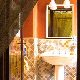 Modelo de cuarto de baño principal, bohemio, pequeño, con bañera japonesa, combinación de ducha y bañera, sanitario de dos piezas, baldosas y/o azulejos multicolor, baldosas y/o azulejos de cerámica, parades naranjas, suelo de baldosas de cerámica, lavabo con pedestal, suelo multicolor y ducha abierta