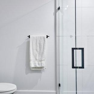 Foto på ett mellanstort funkis vit en-suite badrum, med orange skåp, svart och vit kakel, granitbänkskiva, en kantlös dusch, vita väggar, klinkergolv i keramik, ett nedsänkt handfat, svart golv och dusch med gångjärnsdörr