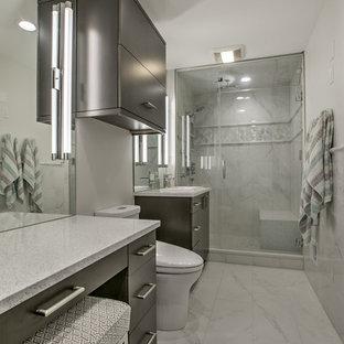 Immagine di una piccola stanza da bagno padronale minimalista con ante lisce, ante in legno scuro, piastrelle multicolore, piastrelle di marmo, pavimento in marmo, lavabo da incasso, top in quarzo composito e pavimento multicolore