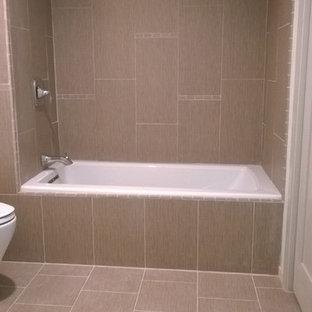 Foto di una stanza da bagno contemporanea di medie dimensioni con ante di vetro, vasca da incasso, vasca/doccia, WC monopezzo, piastrelle in ceramica, pareti bianche, lavabo a colonna e pavimento multicolore