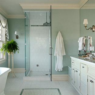 Ispirazione per una stanza da bagno tradizionale con lavabo sottopiano e vasca freestanding