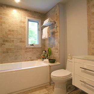 Idee per una stanza da bagno padronale design di medie dimensioni con ante lisce, ante bianche, vasca/doccia, WC monopezzo, piastrelle beige, piastrelle in pietra, pareti beige, pavimento in pietra calcarea, lavabo da incasso, top in vetro, vasca ad alcova, pavimento beige e doccia aperta