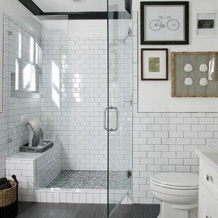 Immagine di una sauna classica con lavabo sottopiano, ante bianche, pistrelle in bianco e nero, piastrelle in ceramica, pareti bianche e pavimento con piastrelle in ceramica