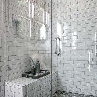 Foto di una grande sauna minimal con lavabo sottopiano, ante bianche, pistrelle in bianco e nero, piastrelle in ceramica, pareti bianche e pavimento con piastrelle in ceramica