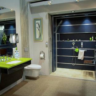 Immagine di una stanza da bagno padronale boho chic di medie dimensioni con ante lisce, ante nere, doccia alcova, WC sospeso, piastrelle blu, pareti beige, lavabo sottopiano e top verde