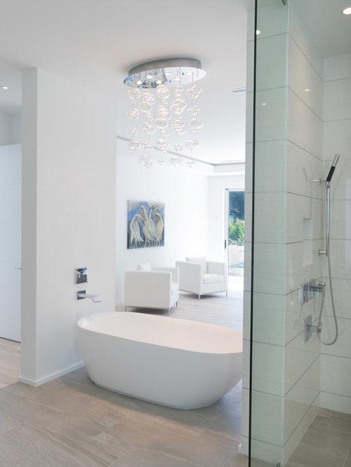 badezimmer mit laminatboden und wei en fliesen design ideen beispiele f r die badgestaltung. Black Bedroom Furniture Sets. Home Design Ideas