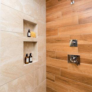 他の地域の中サイズのトランジショナルスタイルのおしゃれなマスターバスルーム (フラットパネル扉のキャビネット、茶色いキャビネット、アルコーブ型浴槽、ダブルシャワー、分離型トイレ、白い壁、磁器タイルの床、アンダーカウンター洗面器、御影石の洗面台、ベージュの床、開き戸のシャワー、黒い洗面カウンター) の写真