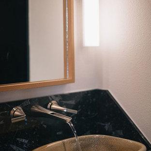 Großes Asiatisches Badezimmer En Suite mit flächenbündigen Schrankfronten, hellen Holzschränken, offener Dusche, Toilette mit Aufsatzspülkasten, schwarzen Fliesen, Keramikfliesen, weißer Wandfarbe, Linoleum, Aufsatzwaschbecken und Marmor-Waschbecken/Waschtisch in Portland