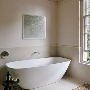 他の地域の中サイズのトランジショナルスタイルのおしゃれなマスターバスルーム (家具調キャビネット、置き型浴槽、段差なし、ベージュのタイル、セラミックタイル、ライムストーンの洗面台、オープンシャワー、ベージュのカウンター) の写真