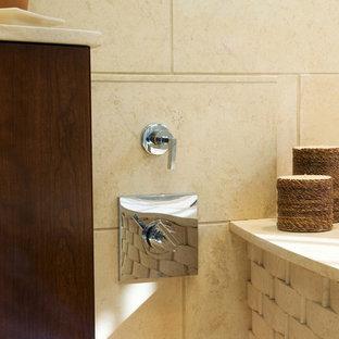 Ejemplo de cuarto de baño principal, asiático, grande, con lavabo bajoencimera, armarios con paneles lisos, puertas de armario de madera en tonos medios, encimera de cuarzo compacto, baldosas y/o azulejos beige, baldosas y/o azulejos de cerámica, paredes azules y suelo de baldosas de cerámica