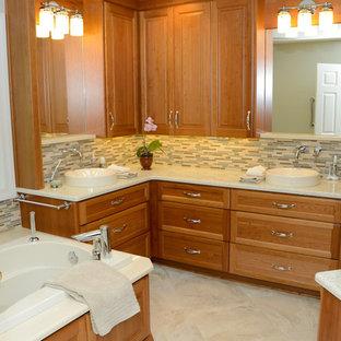 Стильный дизайн: большая главная ванная комната в современном стиле с фасадами с утопленной филенкой, настольной раковиной, фасадами цвета дерева среднего тона, столешницей из переработанного стекла, накладной ванной, открытым душем, раздельным унитазом, бежевой плиткой, керамогранитной плиткой, зелеными стенами и полом из керамогранита - последний тренд