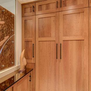 Idee per una grande stanza da bagno padronale minimal con ante di vetro, ante in legno scuro, doccia aperta, piastrelle beige, pavimento con piastrelle in ceramica, lavabo integrato, top in vetro, WC monopezzo, piastrelle di vetro e pareti bianche