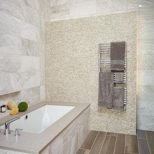 Idee per una stanza da bagno padronale contemporanea di medie dimensioni con vasca sottopiano, pavimento marrone, piastrelle beige, piastrelle bianche, pavimento in vinile e pareti bianche