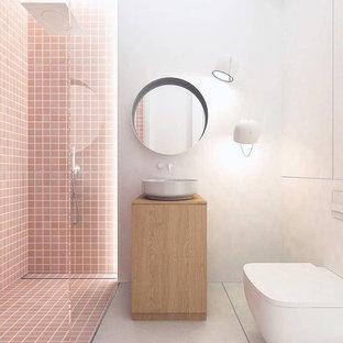 Modelo de cuarto de baño principal, minimalista, pequeño, con puertas de armario de madera clara, bañera exenta, ducha a ras de suelo, baldosas y/o azulejos rosa, baldosas y/o azulejos de porcelana, paredes blancas, lavabo sobreencimera y ducha con puerta corredera