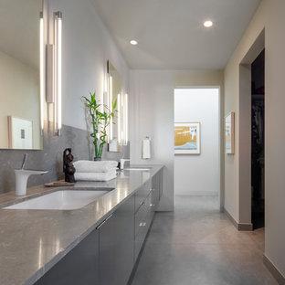 Immagine di una stanza da bagno design con ante lisce, ante grigie, pareti beige, lavabo sottopiano e pavimento grigio