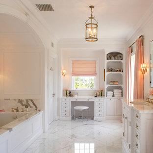 Idee per una grande stanza da bagno padronale design con ante bianche, vasca sottopiano, pareti bianche, pavimento in marmo, lavabo sottopiano, top in marmo, pavimento bianco e ante in stile shaker