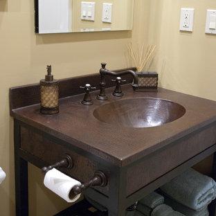 Идея дизайна: ванная комната в современном стиле с монолитной раковиной, открытыми фасадами, темными деревянными фасадами и столешницей из меди