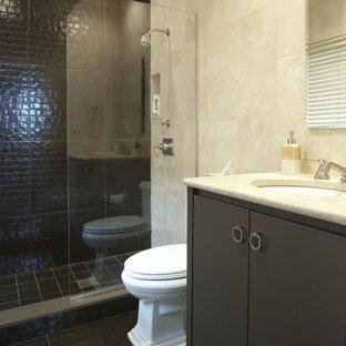 Ispirazione per una stanza da bagno minimal con ante lisce, ante marroni e piastrelle marroni