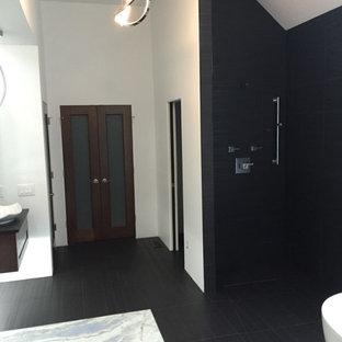 Foto de cuarto de baño contemporáneo con puertas de armario de madera en tonos medios, bañera exenta, ducha a ras de suelo, baldosas y/o azulejos blancas y negros, baldosas y/o azulejos de cerámica, paredes blancas, suelo de baldosas de porcelana, lavabo suspendido y encimera de ónix