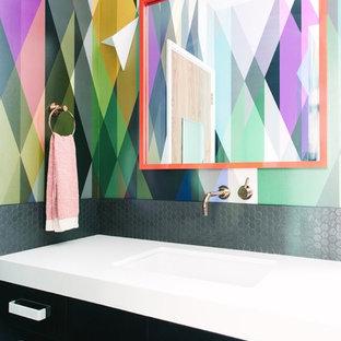 Idéer för ett modernt badrum, med ett integrerad handfat, svarta skåp, flerfärgade väggar och släta luckor