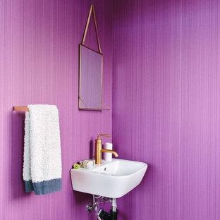 Immagine di una stanza da bagno contemporanea con pareti viola e lavabo sospeso