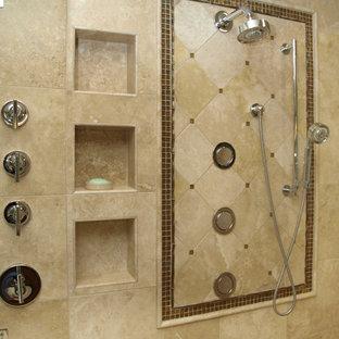 Foto di una stanza da bagno padronale design di medie dimensioni con vasca da incasso, doccia ad angolo, piastrelle beige, piastrelle di pietra calcarea, pareti beige e pavimento in pietra calcarea