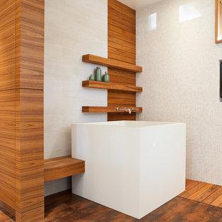 Modernes Badezimmer mit japanischer Badewanne, weißen Fliesen und Mosaikfliesen in San Francisco