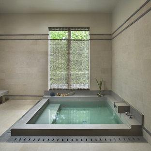 Immagine di una stanza da bagno contemporanea con vasca giapponese