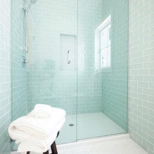 Diseño de cuarto de baño con ducha, contemporáneo, de tamaño medio, con baldosas y/o azulejos de vidrio, ducha empotrada, baldosas y/o azulejos azules, paredes azules, suelo de baldosas de cerámica y suelo blanco