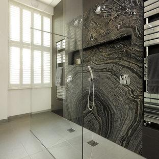 Foto på ett funkis en-suite badrum, med en öppen dusch, svarta väggar och marmorkakel