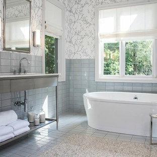 Modernes Badezimmer mit Waschtischkonsole und freistehender Badewanne in Detroit