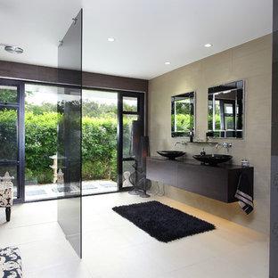 Cette photo montre une salle de bain tendance avec une douche ouverte et aucune cabine.