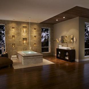 Свежая идея для дизайна: ванная комната в современном стиле с настольной раковиной - отличное фото интерьера