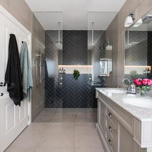 Стильный дизайн: большая главная ванная комната в стиле современная классика с фасадами островного типа, серыми фасадами, отдельно стоящей ванной, двойным душем, унитазом-моноблоком, разноцветной плиткой, керамической плиткой, черными стенами, полом из керамической плитки, врезной раковиной, мраморной столешницей, бежевым полом, открытым душем и белой столешницей - последний тренд