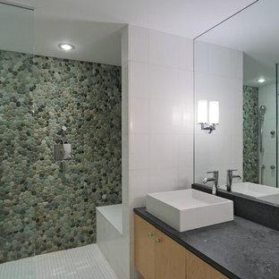 Foto de cuarto de baño principal, moderno, de tamaño medio, con armarios con paneles lisos, puertas de armario de madera clara, baldosas y/o azulejos blancos, suelo de baldosas tipo guijarro, lavabo sobreencimera y ducha abierta