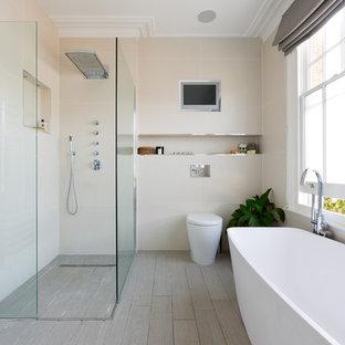На фото: главные ванные комнаты в современном стиле с отдельно стоящей ванной, душем без бортиков, бежевой плиткой, светлым паркетным полом и унитазом-моноблоком