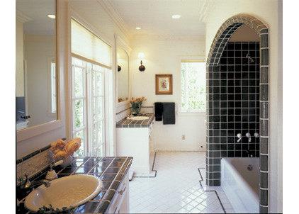 Contemporary Bathroom by HERMOGENO DESIGNS