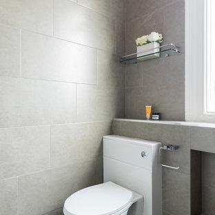 Kleines Modernes Duschbad mit offenen Schränken, beigen Schränken, bodengleicher Dusche, Toilette mit Aufsatzspülkasten, beigefarbenen Fliesen, Steinfliesen, beiger Wandfarbe, Keramikboden, Wandwaschbecken und gefliestem Waschtisch in London