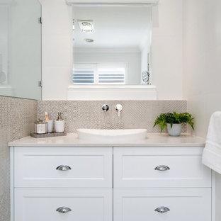 Idéer för ett klassiskt beige badrum, med skåp i shakerstil, vita skåp, beige kakel, cementkakel, vita väggar, cementgolv, beiget golv och ett fristående handfat