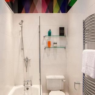 Пример оригинального дизайна: ванная комната в современном стиле с душем над ванной, раздельным унитазом, белой плиткой и ванной в нише