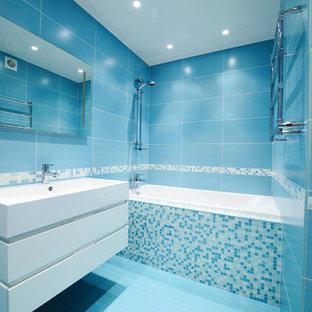 Mittelgroßes Modernes Duschbad mit flächenbündigen Schrankfronten, weißen Schränken, Badewanne in Nische, Duschbadewanne, Toilette mit Aufsatzspülkasten, blauen Fliesen, Porzellanfliesen, blauer Wandfarbe, Porzellan-Bodenfliesen, integriertem Waschbecken, Mineralwerkstoff-Waschtisch und offener Dusche in San Francisco