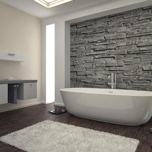 Стильный дизайн: большая главная ванная комната в современном стиле с плоскими фасадами, белыми фасадами, отдельно стоящей ванной, унитазом-моноблоком, бежевыми стенами, темным паркетным полом, настольной раковиной и столешницей из бетона - последний тренд