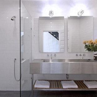Modelo de cuarto de baño actual, grande, con ducha a ras de suelo, baldosas y/o azulejos blancos, baldosas y/o azulejos de cerámica, paredes blancas, suelo de baldosas de cerámica, lavabo integrado, encimera de acero inoxidable, suelo gris y ducha abierta